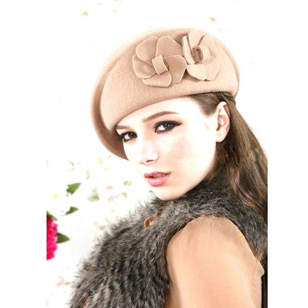 ウールファッションの航空会社のスチュワーデスの帽子を持つ女性のための花